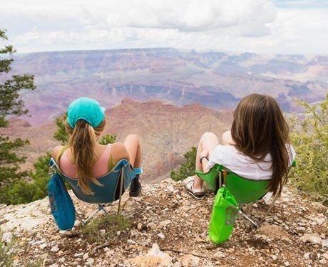 jovens curtindo paisagens durante viagem tranquila